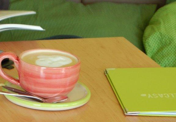 Tasse Cappuccino und Karte im Café und Bistro Delcasy